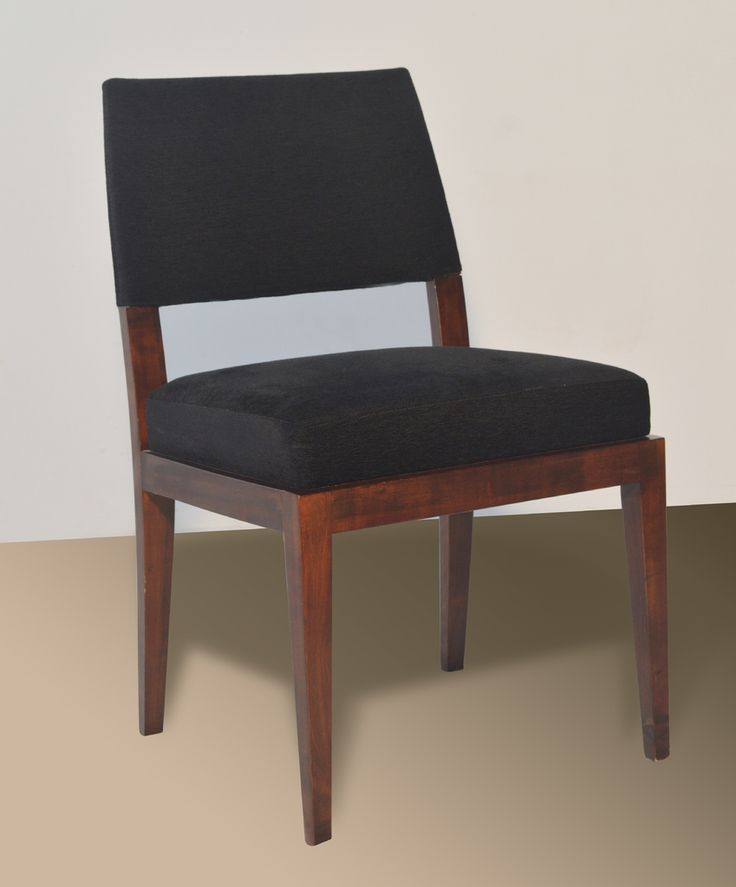 Materiales: Madera de guindo lustrada y tapizada, tela a elección Medidas: Frente 0,47 mt - Altura 0,48 mt - Asiento 0,47 mt