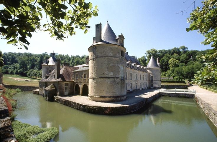 Château de Bussy-Rabutin en Bourgogne © Centre des Monuments Nationaux Paris/P.Berthé #voyage #france #bourgogne http://www.flowersway.com/visite/le-chateau-de-bussy-rabutin-1890
