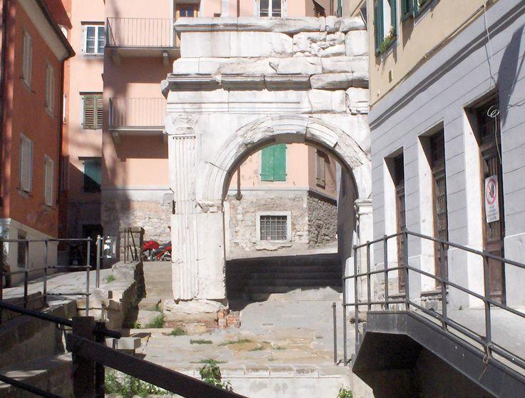 """L'Arco Romano (Arco di Riccardo) è datato I secolo a.C., costruito probabilmente all'epoca dell'imperatore Ottaviano Augusto. Si tratta di un arco a un solo fornice, alto oltre 7 metri. La leggenda popolare ritiene che il nome derivi da Riccardo Cuor di Leone, il quale, di ritorno dalla Terra Santa, fu tenuto prigioniero anche a Trieste. Probabilmente l'arco si trovava all'ingresso del Cardo Maximo, da cui la volgarizzazione da """"Arco del Cardo"""" ad """"Arco di Riccardo"""". #Trieste"""