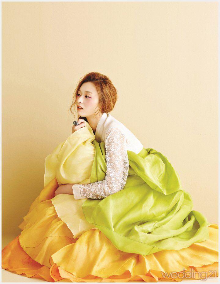 [진주상단] 레이스 소매로 여성미를 강조한 저고리와 연두·노랑·주황의 조화가 화사하게 돋보이는 치마