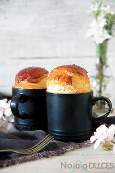 "Receta de brioche esponjoso relleno de jamón york y pasas. Receta de pan de jamón venezolano hecha en taza de cerámica, estilo ""Mug cake""."