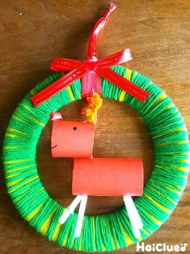 紙皿に毛糸をぐるぐるぐる…あっという間に、あったかクリスマスリースのできあがり!楽しそうに揺れる、サンタさんとトナカイさんもポイント♪ #保育 #ほいくる #クリスマス製作