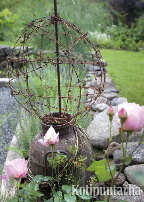 Puutarhan patsailla ja koristeilla on pitkät perinteet puutarhakulttuurissa. Kuvan koriste on syntynyt rautalankaa kieputtamalla. www.kotipuutarha.fi