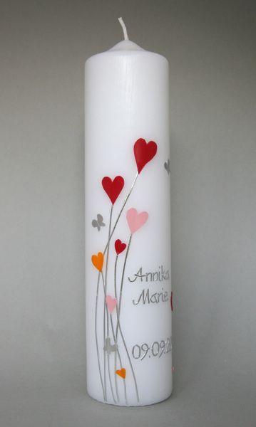 Taufkerze Herzen    Verspielte Leichtigkeit vermittelt diese Kerze. Herzen und kleine silberne Schmetterlinge sind so angeordnet, dass die Kerze nicht