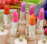 Hermoso cristal lápiz labial brillante de color púrpura se levantó Yeh