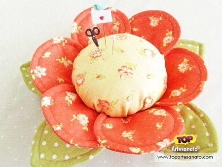 Aprenda passo a passo como fazer alfineteiro de tecido. O alfineteiro flor é uma ótima ideia para decorar o ateliê ou colocar do lado da máquina de costura!