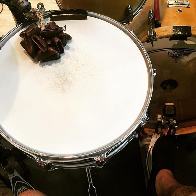 降谷建志リハ最終日!アコースティックだからいつもと違う楽器の使い方で楽しい♪(´ε` ) 明日ニューアコで会いましょう! #謎の木の実の殻 #良い音するのよ