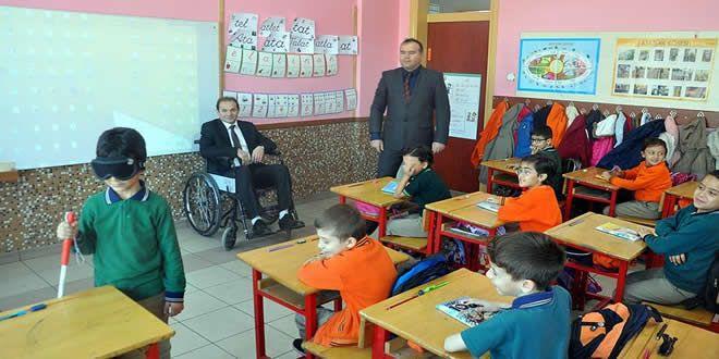 3 Aralık Dünya Engelliler Günü'nde üçüncü sınıf öğrencileri tüm engellilerin yaşadıkları sorunları 3. ders saatinde aynı anda yaşayarak öğrenecek.