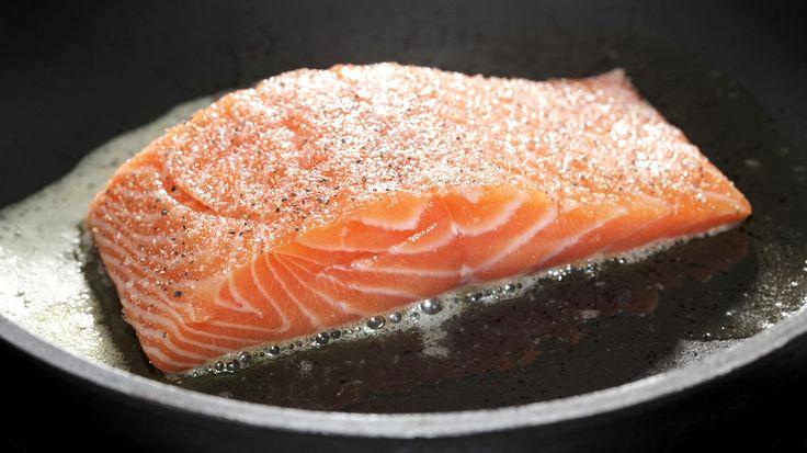 Auf der Haut anbraten, würzen, wenden, Hitze reduzieren und zu Ende garen: Rainer Sass zeigt Schritt für Schritt, wie der Fisch perfekt in der Pfanne gelingt.