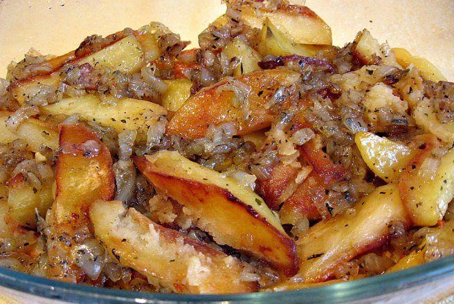 Retete Culinare - Cartofi la cuptor cu sos de ceapa caramelizata