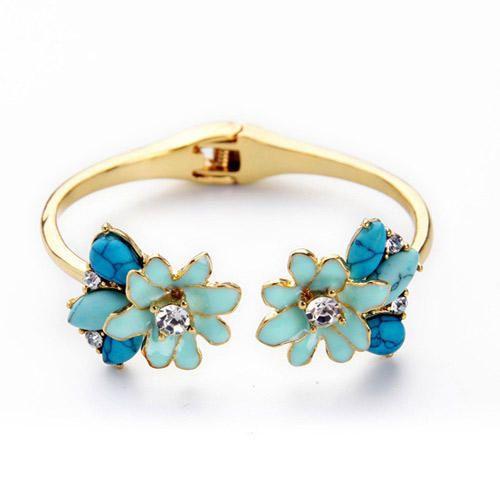 Náramek Blue Flower bronzový Dokonalý doplněk nejen k šatům. Nádherný náramek z kolekce Retro bronz, ve velmi atraktivním designu, vhodný pro běžné nošení i slavnostnější příležitost. Rozměr cca 6x2 cm.