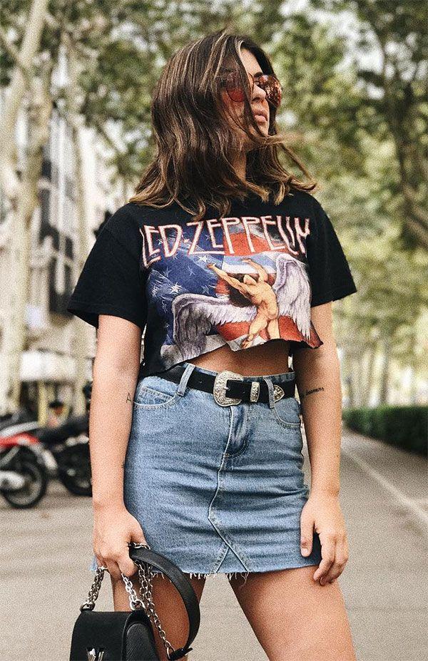 Dulceida escolheu t-shirt de banda recortada com saia jeans e cinto.