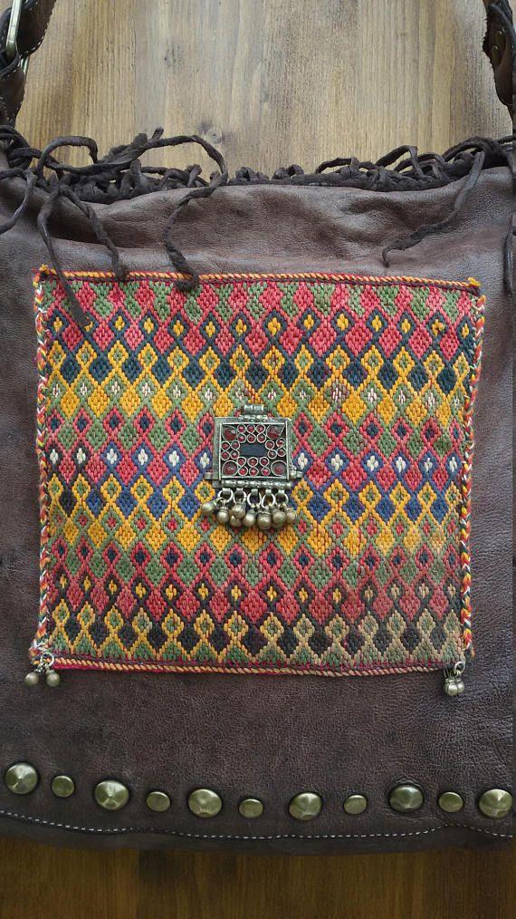 La borsa di pelle lavata ha una marcia in più, grazie alla decorazione etnica indiana ed afgana