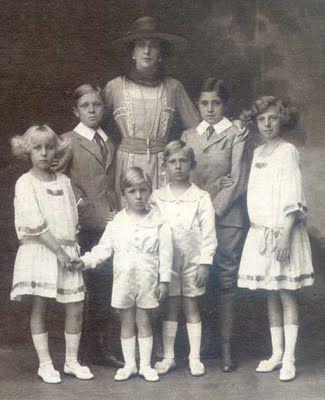 La reina Victoria Eugenia rodeada de sus hijos