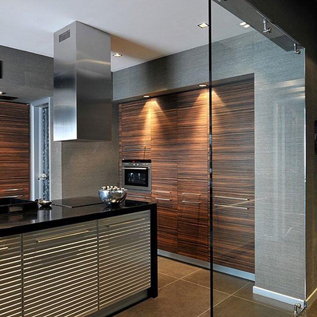 Стеклянная перегородка разделяющая гостиную и кухню, выглядит более современно и не занимает лишнего пространство, вместо обычной стены.