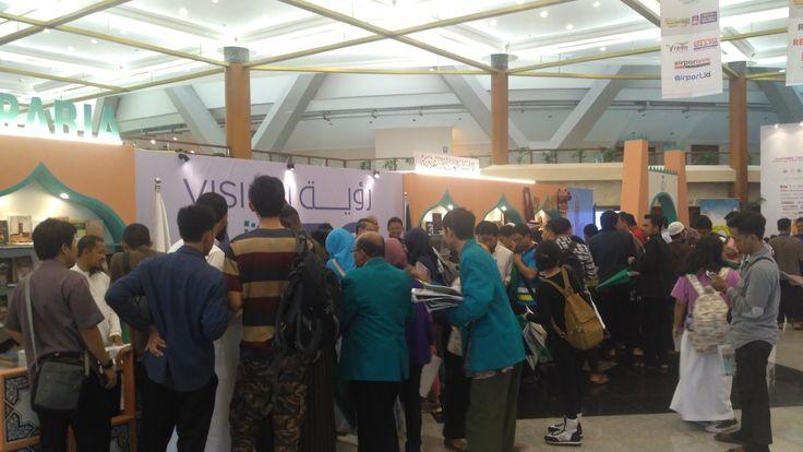 Di Arena Book Fair Kedubes Saudi Bagikan Buku dan Mushaf Al-Quran Gratis  Stand Kedubes Saudi. (Foto: Artawijaya)  JAKARTA (SALAM-ONLINE): Kedutaan Besar Saudi Arabia di Jakarta membagikan buku-buku keislaman dan mushaf Al-Quran secara gratis di arena Indonesia International Book Fair (IIBF) 20016 Jakarta Convention Center Senayan Jakarta. Pengunjung yang berminat untuk mendapatkan buku-buku dan mushaf tersebut bisa langsung datang ke stand yang terletak tak jauh dari pintu masuk area…