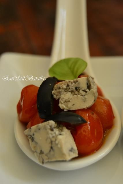 Cucharitas de aperitivo de tomatitos y tofu griego http://enmilbatallas.com/2013/12/02/cucharitas-de-aperitivo-de-tomatitos-y-tofu-griego/