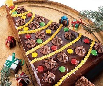 ¿Amas los postres? Echa un vistazo a este pastel de Brownie de chocolate decorado con betún, dulces y chocolates.