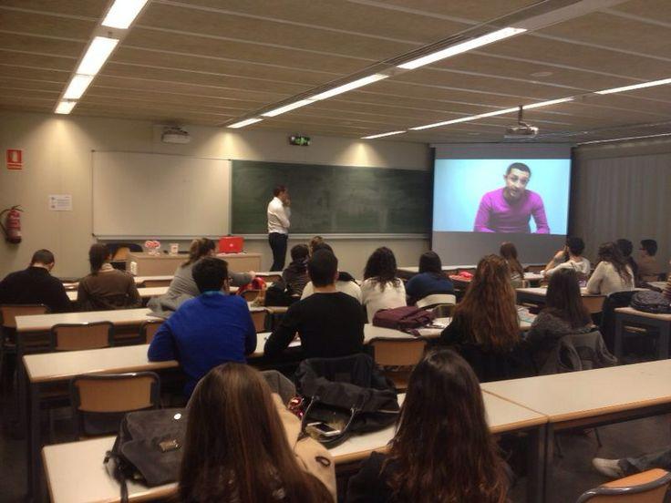 """Visualizando el video de la campaña de Sinaia Marketing """"La Puja"""" para ayudar a """"La Sonrisa de Martina"""", finalizando la Jornada de Branding Emocional en la Facultad de ADE en Universidad Politécnica de Valencia"""