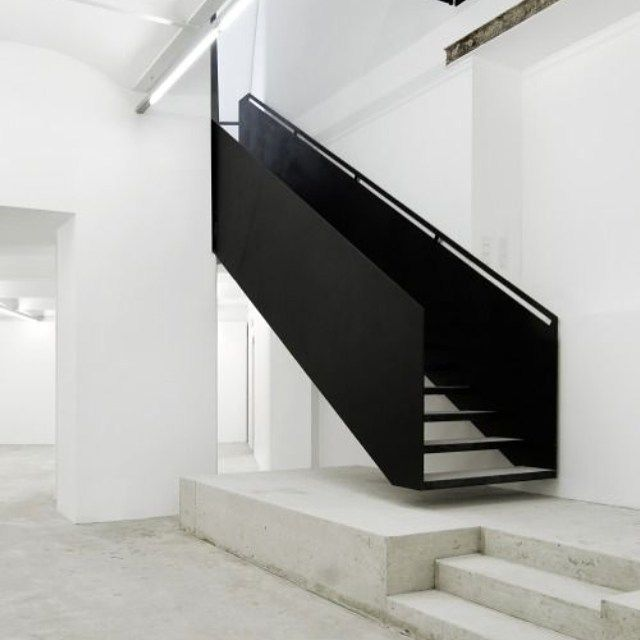 tangga model minimalis hitam