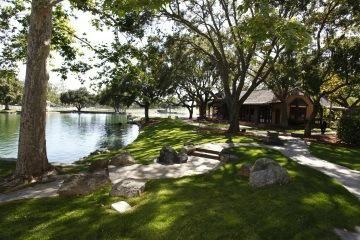 Her odada küçük bir taş zemin bakan ve büyük pencereler misafirler göl veya büyük park harika bir görünümü var izin verir.