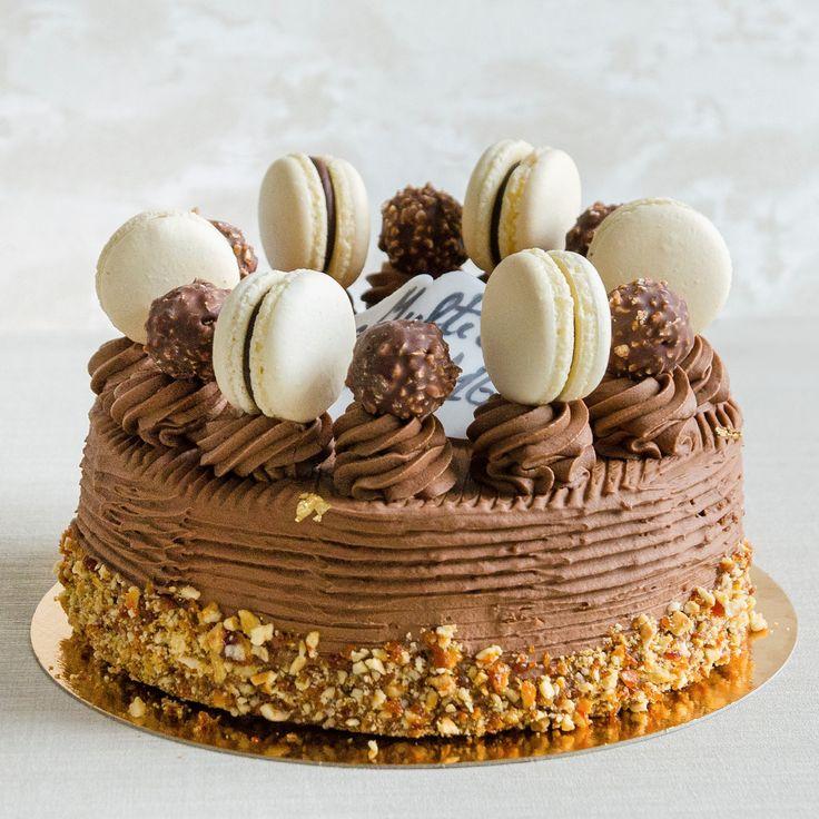 Tortul Hazelnut Macaron este special atat prin gust si ingrediente, cat si prin decorul atent ales. Pe un blat realizat din alune de padure, pasta de vanilie, lichior Frangelico, faina si oua, se aseaza straturile fine de frosting Nutella, peste care adaugam ca decor macaronul cu glazura de alune, bomboanele Ferrero Rocher si alunele caramelizate cu foita de aur.