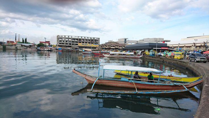 Long boats harbour Tacloban