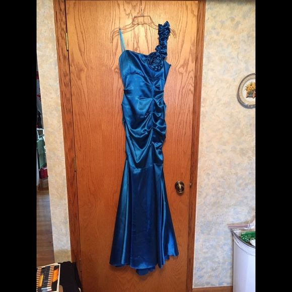 Dark blue prom dress It's a beautiful dark blue. One strap with cute flower! Zips up in the back. Size 3. Only worn once to senior prom! Dresses One Shoulder