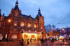 Stadsschouwburg Amsterdam #ssba verlichte posterborden aan gevel