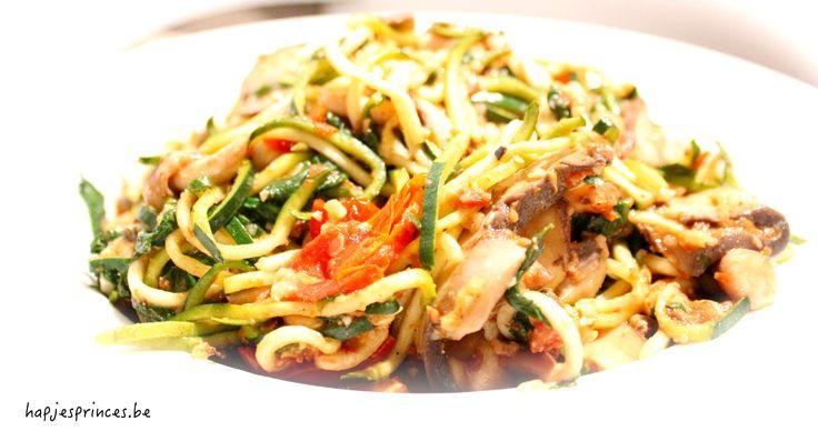 Koolhydraatarm: Courgettespaghetti met zongedroogde tomaten, paddenstoelen en spinazie