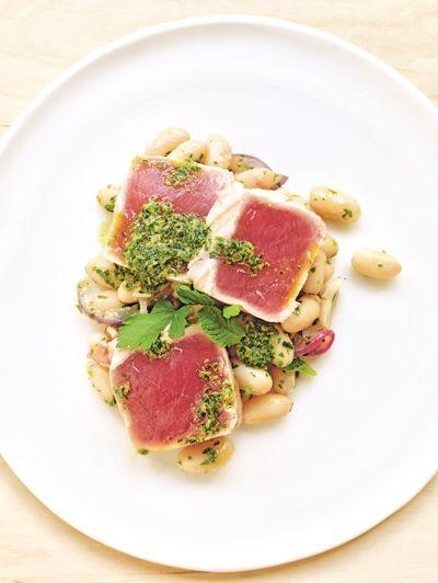 Gegrilde tonijn met witte bonen en salsa verde