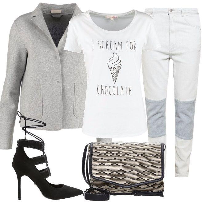 Outfit di moda questo autunno, blazer maschile, abbinato a jeans con toppe, tee shirt ironica, scarpe con tacco alto e tracollina, informale ma femminile.