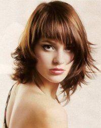 Стрижка с косой челкой для тонких волос фото