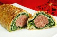 Il polpettone in crosta di sfoglia è un secondo di carne originale e fantasioso; perfetto per ogni festività grazie al suo effetto scenografico