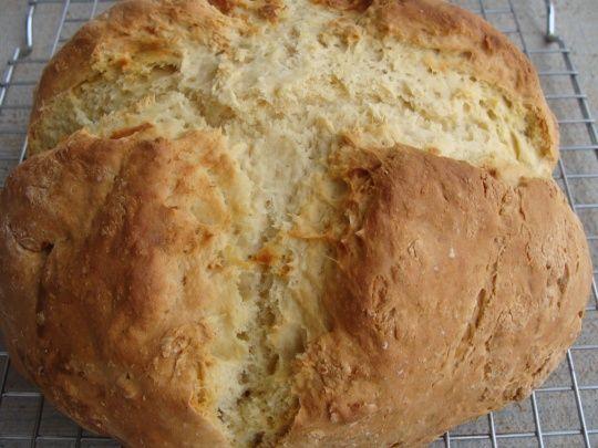 White Soda Bread (pain irlandais) : c'est (PAS) moi qui l'ai fait -  1 cuillère à café de bicarbonate de soude  450 g de farine  25 g de beurre fondu  1 oeuf  300 ml de lait fermenté