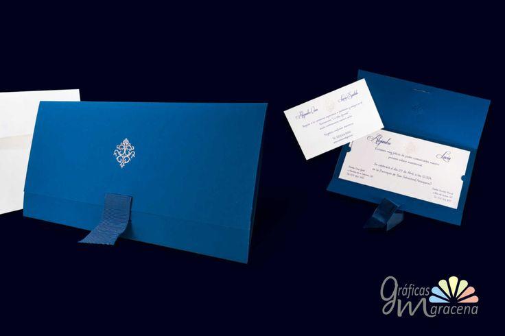 Invitación de boda muy elegante, en tono azul.