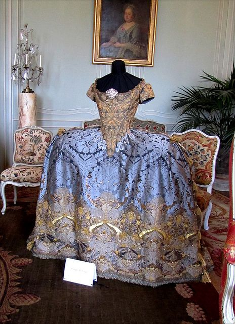 Villarceaux -17th century court dress by olivier henry