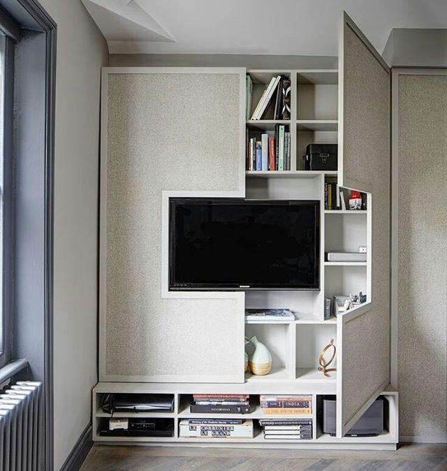O painel da TV também pode servir para guardar muitas coisas!   #arquitetura #interiores #design #designdeinteriores #movel #marcenaria #interiordesign #inspiracao #ambientesprojetados #architecture foto: onekindesign