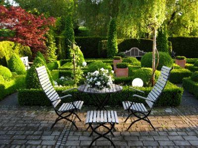 Fancy Unser Blick in den Garten Die Trauerweise setzt reizvolle Kontraste zu den strengen Hecken