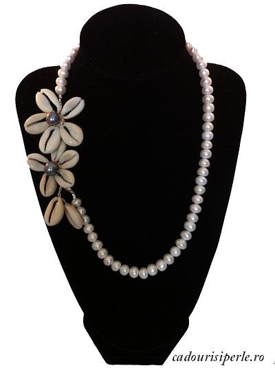 Un colier spectaculos din perle albe de 7-8 mm , decorat cu trei flori superbe realizate manual din sidef . Poate fi purtat cu decoratiunile pe lateral sau in fata. Lungimea colierului este reglabila.