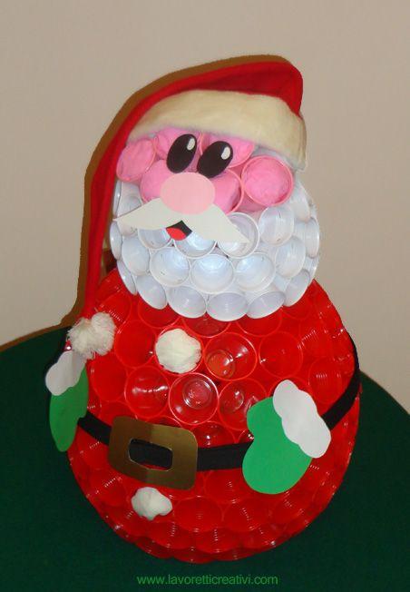 Babbo Natale con i bicchieri di plastica