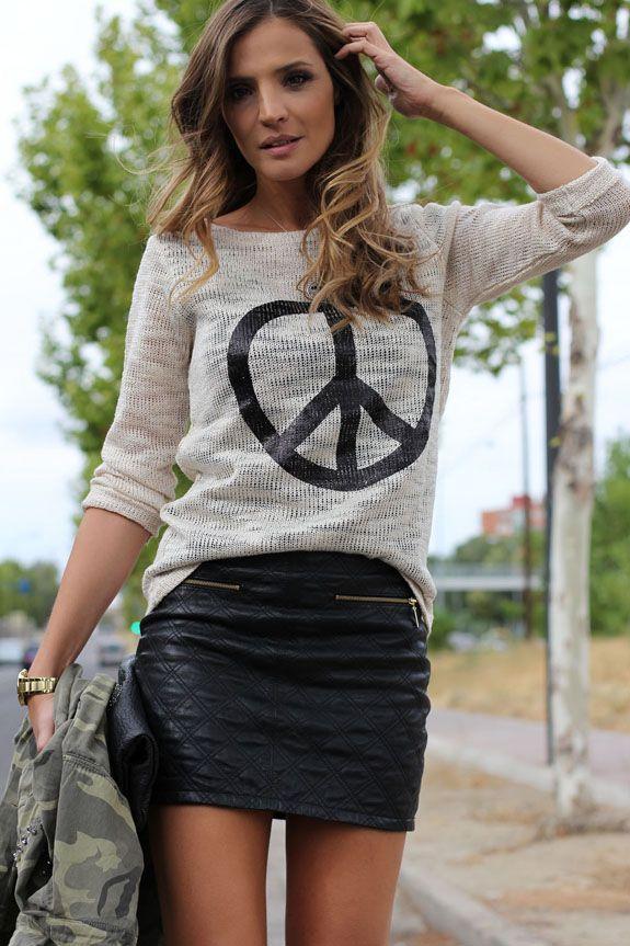 falda negra + camiseta rock + militar