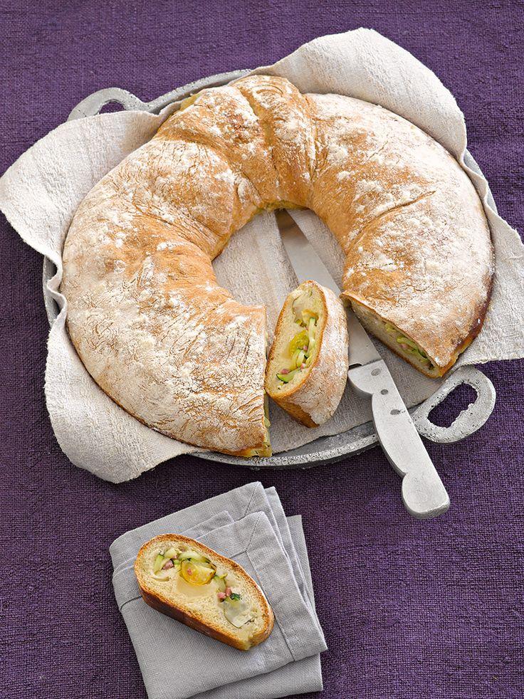 Herzhaftes Hefe-Brot mit einer würzigen Füllung aus Gemüse, Mozzarella und Schinken