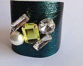 Bracciale alto in pelle metallizzata con pietre colorate