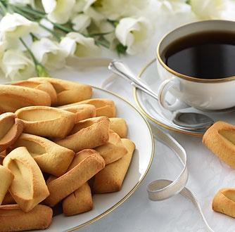 Les Navettes de Provence à la Fleur d'Oranger    Avec son parfum subtil et sa saveur délicate, la navette de Provence est un biscuit traditionnel qui fleure bon les saveurs provençales.  Légèrement sablée, la Navette de Provence est aromatisée à l'authentique eau de fleur d'oranger pour un goût fin et subtil.  Disponible sur : http://www.joursheureux.fr/navettes-provence-fleur-doranger-p-i4059.html