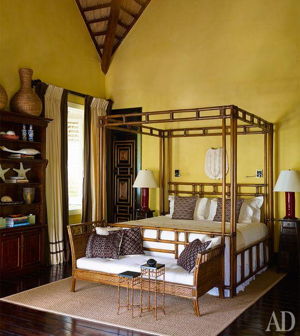 Дом в Доминикане  Плетеная мебель и натуральные цвета — то что нужно в такой яркой комнате, подумал дизайнер Хуан Монтойя. Интересный свод крыши делает желтые стены почти бесконечными. Хотя едва ли там, где расположено это жилье, есть нехватка пространства и солнца.
