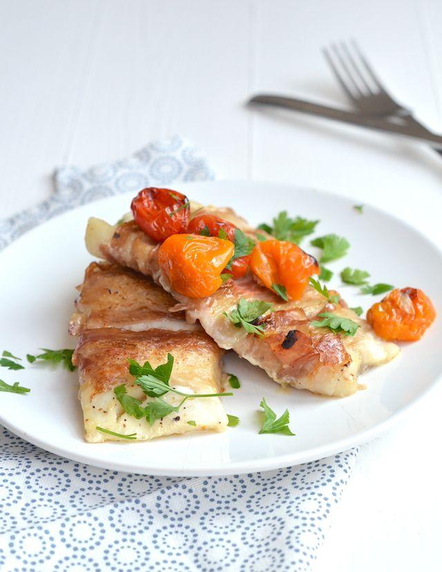 kabeljauw met pancetta   Ingrediënten voor 4 personen 4 kabeljauw filets 12 plakjes Pancetta Handje cherry tomaten 1 teen knoflook Peper en Zout Olijfolie