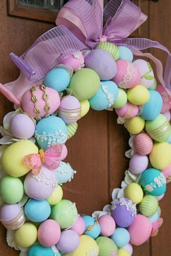 発泡スチロールの卵はアクリルペイントで塗り、飾りをつけています。 イースターカラーのパープルがポイント。 蝶の飾りなどもつけて、春らしく。 (作り方は別記事でご紹介)。