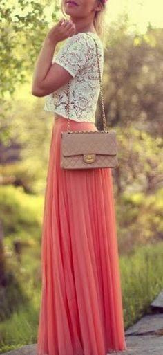 Dentelle + jupe longue fluide plissé corail + une touche nude avec le sac = perfect outfit à shopper!