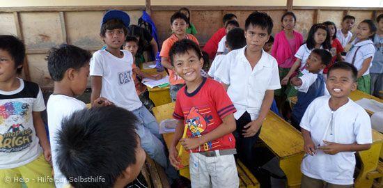 Auf der vom Taifun Haiyan verwüsteten philippinischen Insel Leyte hilft Help - Hilfe zur Selbsthilfe mit einem weiteren Wiederaufbauprojekt Kindern und Jugendlichen. Ramponierte Schulen werden repariert und die Hygienesituation an Bildungs- und sozialen Einrichtungen verbessert.